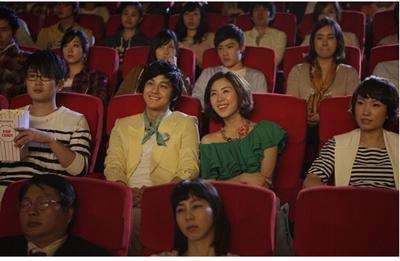 영화관에서 영화를 보고 있는 사람들 사진