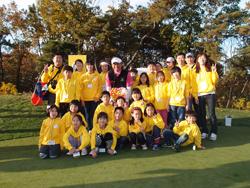 CJ도너스캠프가 후원하는 공부방 아이들과 최경주 선수의 단체 사진