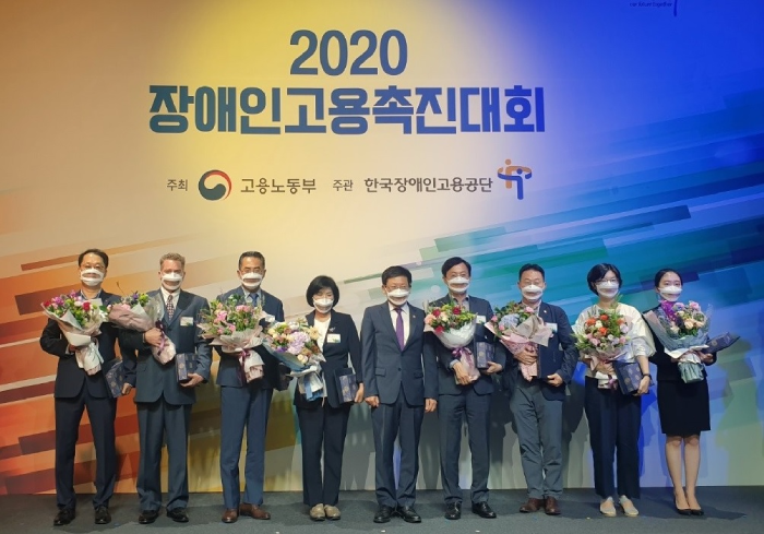 CJ Freshway's personnel manager Kim Tae-gyun (left) poses for a commemorative photo following the receipt of a commendation from the Minister of Employment and Labor at the Conference on Promotion of the Employment of People with Disabilities 2020, which took place on the 16th at JW Marriott Hotel Seoul in Seocho-gu, Seoul, South Korea.