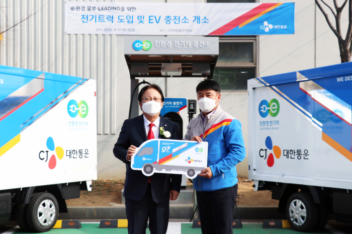 Keun-Hee Park, CEO of CJ Logistics and Vice Chairman (on the left), as he hands over the electric freight vehicles to the delivery drivers